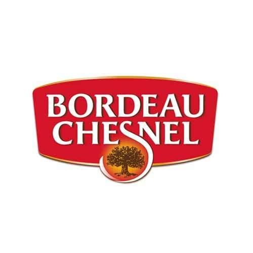 Le logo de la marque de rillettes Bordeau Chesnel est rouge et blanc. Il s'agit d'une référence newbiz d'Antoine Chadufau pour l'agence de pub Nouvelle Vague à Nantes.