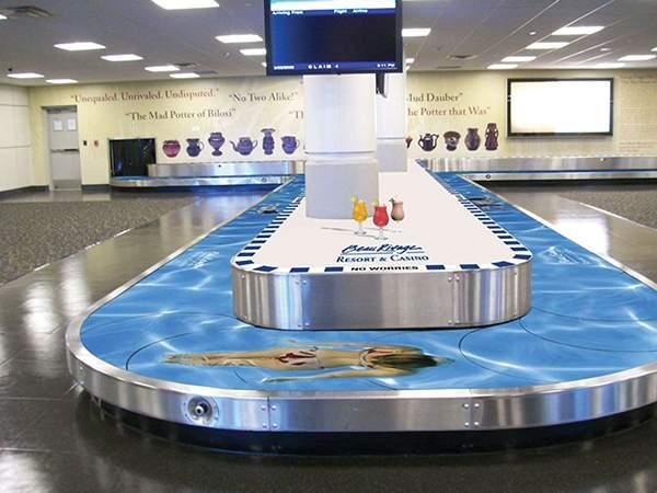 Campagne d'ambient marketing de l'hôtel américain Beau Rivage dans un aéroport.