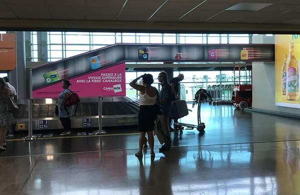Campagne d'ambient marketing de Canal+ Réunion dans l'aéroport de La Réunion Roland Garros.