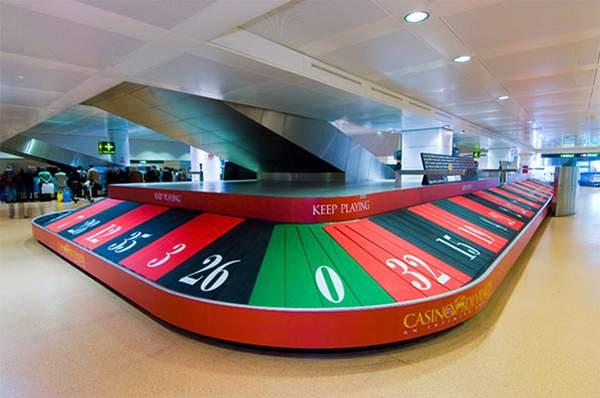 Campagne d'ambient marketing d'un casino dans un aéroport.