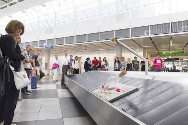 Exemple d'opération d'ambient marketing dans un aéroport allemand : la bouteille de La Réunion.