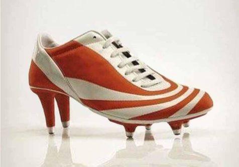 Cette image avec une chausse de football avec des talons illustre parfaitement l'artcile du blog Run The Com : Les meilleures et les pires publicités du football féminin
