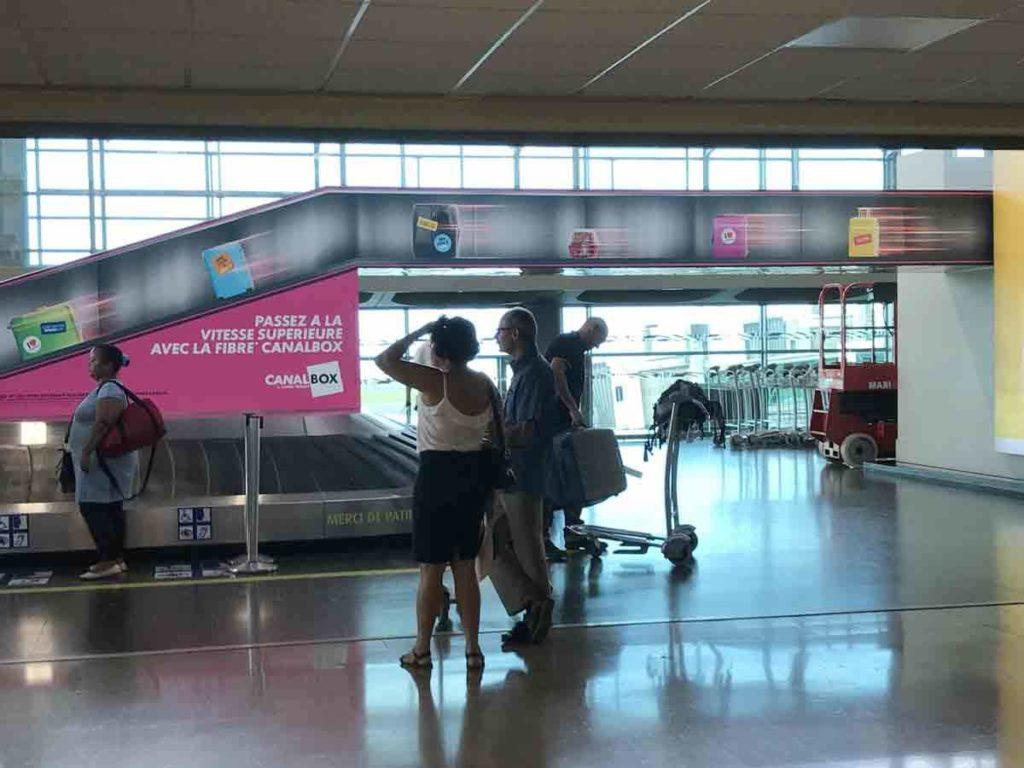 La campagne d'ambient marketing de Canal+ Réunion dans l'aéroport de La Réunion Roland Garros