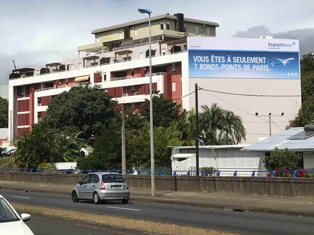 Panneau d'affichage publicitaire géant pour la compagnie aérienne Frenchbee à La Réunion